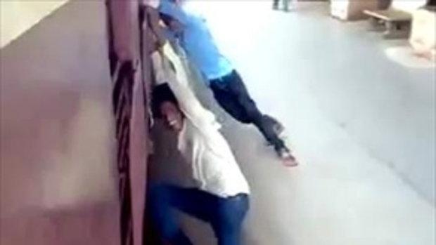 หนุ่มอินเดียเล่นเสียว โหนรถไฟเล่น