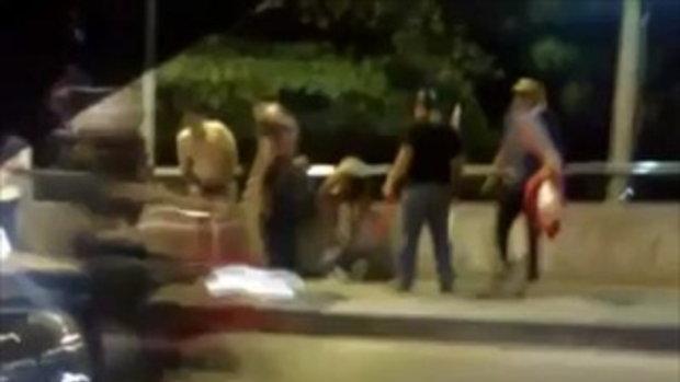 3 หนุ่มเสื้อแดงถูกรุมตื๊บ บังคับให้ถอดเสื้อ !