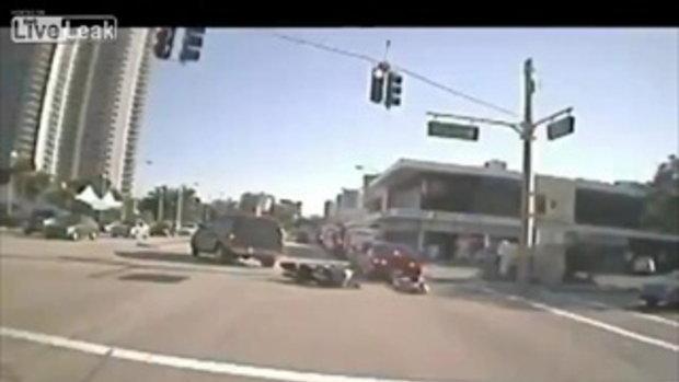 วินาทีหวิดดับ! มอไซค์ฝ่าไฟแดงล้มไถลซัดรถเก๋งในฟลอริดา
