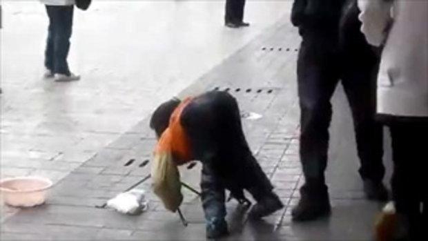 เด็กจีนขอทาน โชว์ตัวอ่อนเเลกเงิน (ไม่ได้ขอเฉยๆ)