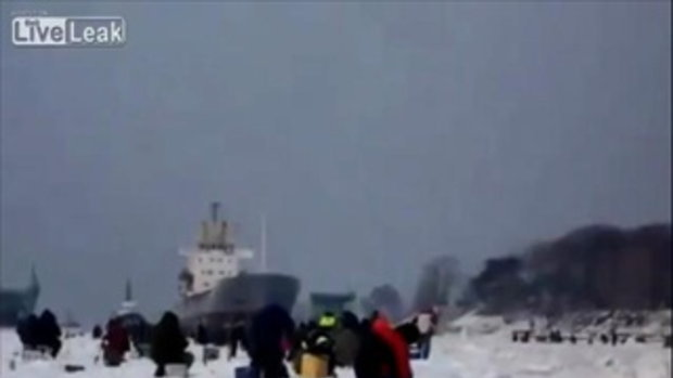 ชาวรัสเซียแห่ตกปลาจริงจัง! เมื่อทะเลสาบกลายนเป็นน้ำแข็ง