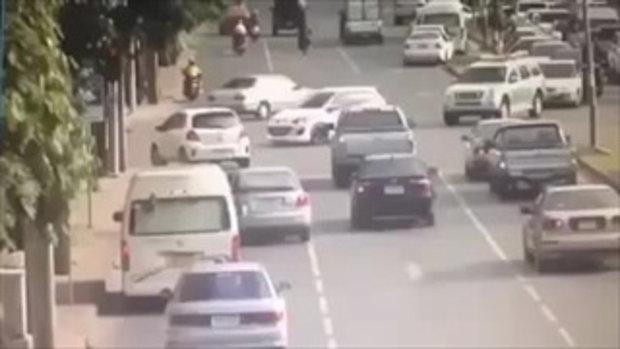 รถเมล์สาย 34 ชนรถที่กำลังติดไฟแดงอย่างสยอง