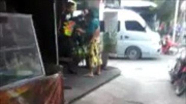 คลิปตำรวจทำร้ายประชาชน ใช้ปืนข่มขู่ให้นั่งลง แชร์ว่อนเน็ต
