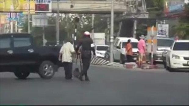 ทำดีต้องแชร์...ตำรวจจราจรจูงมือชายชราข้ามถนน
