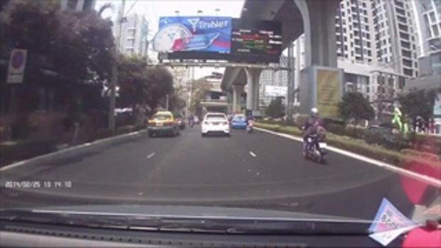 อุบัติเหตุแปลก มอเตอร์ไซต์พุ่งชน แท็กซี่ 2 คันรวด