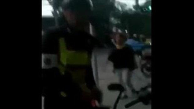 ตำรวจเขียนใบสั่งปั่นจักรยานบนทางเท้า