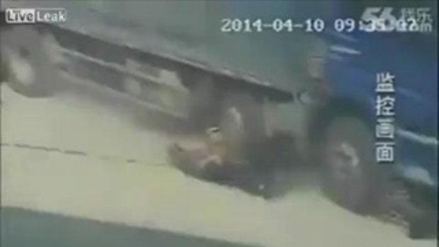 ภาพสลด! พ่อเฒ่าจีนสละชีวิต ยอมโดนรถทับแทนลูกชาย