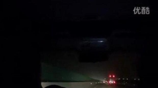 ภาพเหตุการณ์ ตำรวจจีนวิสามัญ โจร(ญ)หลัง ขโมยรถแล้วซิ่งรถหนีการจับกุมมาเจอด่าน