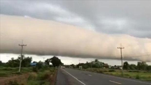 ฮือฮา!! เมฆประหลาดม้วนตัวเป็นท่อ ไกลสุดลูกหูลูกตา บนท้องฟ้ายโสธร