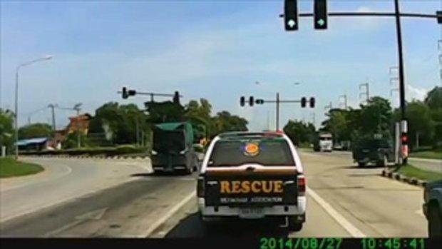 มักง่าย!! ขับรถย้อนศรโหด!! โชคดีไร้เจ็บ