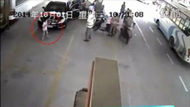 รถแล่นทับเด็กหวิดดับ!! หลังผู้ปกครองประมาทปล่อยให้นั่งเล่นที่ปั๊มน้ำมัน