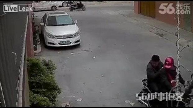 อึ้ง!! ชาย 2 คนขี่มอเตอร์ไซต์ ไล่ยิงลูกดอกอาบยาพิษใส่สุนัข