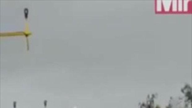 ภาพระทึกเครื่องบินฝ่าลมพายุจนเอียงส่าย