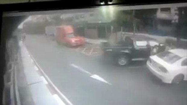 คลิปรถเก๋งพุ่งตกลานจอดรถห้างดัง ย่านบางกะปิ
