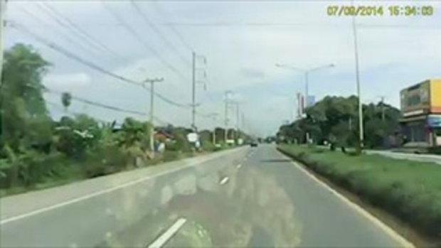 เตือนแล้วไม่ฟัง! กระบะซิ่งแข่งกันบนถนน จนรถคว่ำ ลูกเมียเจ็บ!!