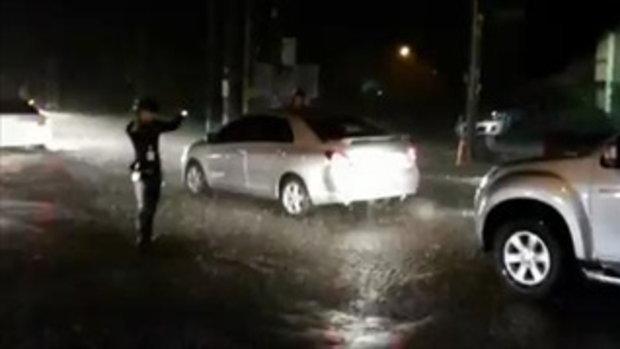 ชาวเน็ตชื่นชม! ตำรวจพัทยาดีจริงๆ โบกรถกลางฝน
