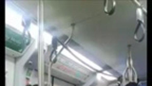 คลิปชายหญิงนัวเนียในรถไฟฟ้า ไซ้คอ ร่างแทบสิงกัน