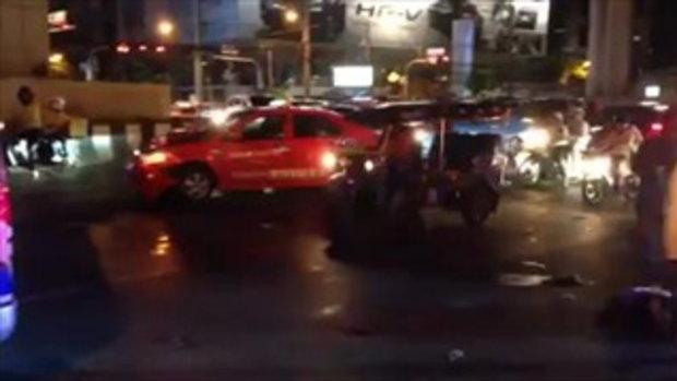 แท็กซี่เมาฝ่าไฟแดงชนมอเตอร์ไซค์ แยกสาทร
