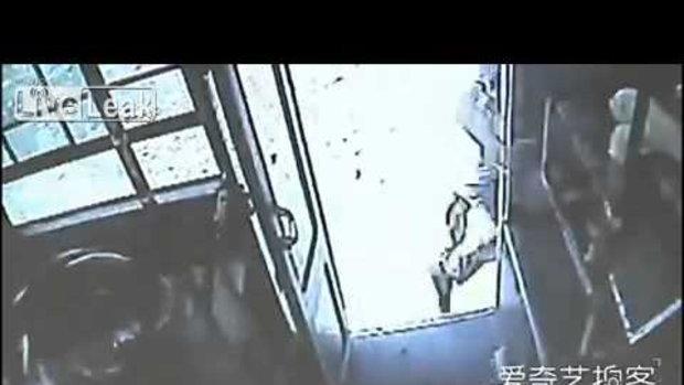 ชายจีนก้าวลงจากรถบัสโดยไม่รอให
