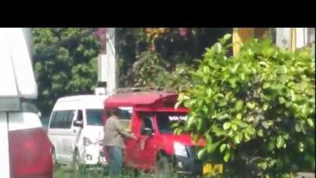 คลิปรถสองแถวสีแดง VS รถตู้ งาน