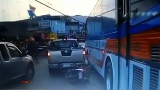 คลิปสยอง วินาทีรถบัสเหยียบคน!!