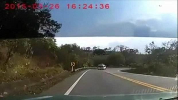 คลิปอุบัติเหตุ สุดช๊อก รถจักรยานยนต์แหกโค้งซุกใต้ท้องรถตู้