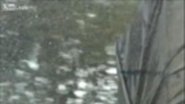 สุดเสียว ขี่มอเตอร์ไซค์ จี้ท้ายสิบล้อ ให้ช่วยบังฝน