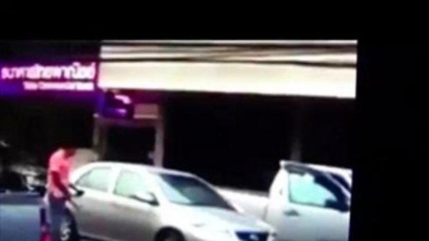 แชร์ว่อนคลิปชายฉุนเก๋งจอดซ้อนคัน ถือมีดโดดเตะถีบรถ-กระชากประตู