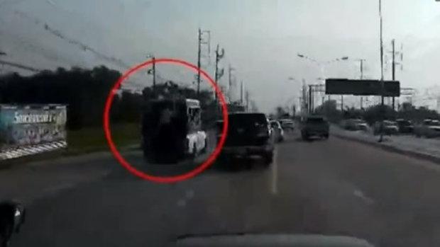 อุทาหรณ์ วัยรุ่นโหนท้ายรถสองแถวพลาดร่วงกลางถนน เคราะห์ดีไม่โดนรถทับ (20 ต.ค.58)