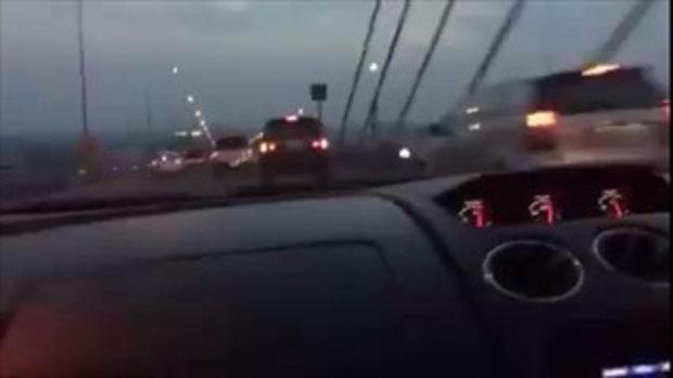 คลิปซิ่งเดือด! ลัมโบร์กินี-ฟอร์จูนเนอร์ ปาดไปมาสุดอันตรายบนสะพานพระราม 9
