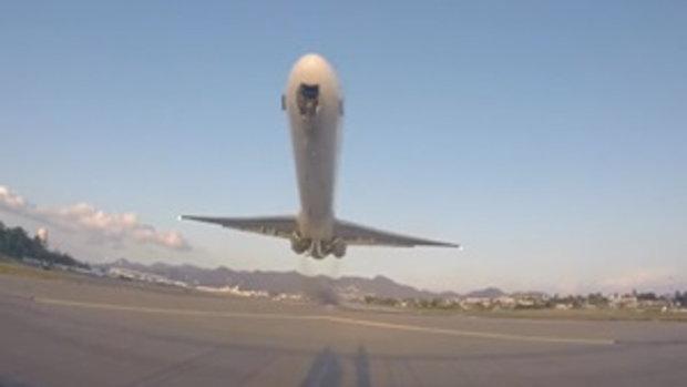 ระทึก!เมื่อเครื่องบินร่อนต่ำ จนเกือบเฉียดหัวตากล้อง