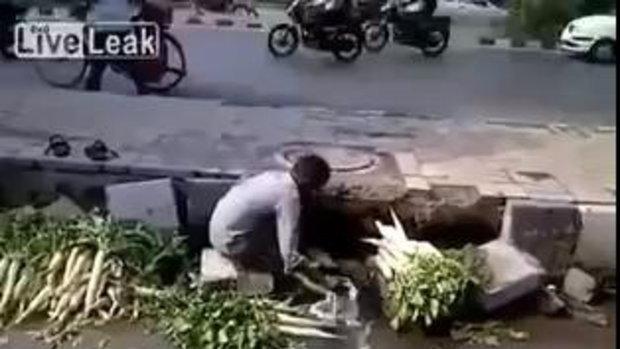 คลิปชายอินเดียเอาผักมาล้างกับ น้ำครำ ริมถนน