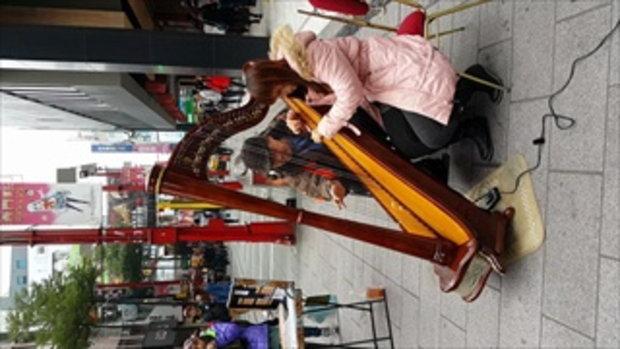 สาวสวยเล่น Harp เครื่องดนตรีตัวเป็นล้าน ริมถนน ในไต้หวัน