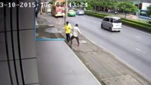 คลิปเตือนภัย! เดินถนนอยู่ดี ๆ โดนชายไม่ทราบชื่อ ปรี่เข้าต่อยไม่ยั้ง