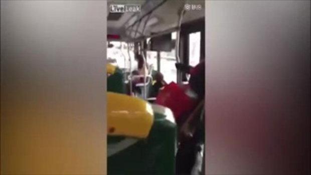 ผู้โดยสารอึ้ง เมื่อจู่ๆ สาวคนนี้ก็ถอดเสื้อ-เปลือยอก ขณะโดยสารรถเมล์
