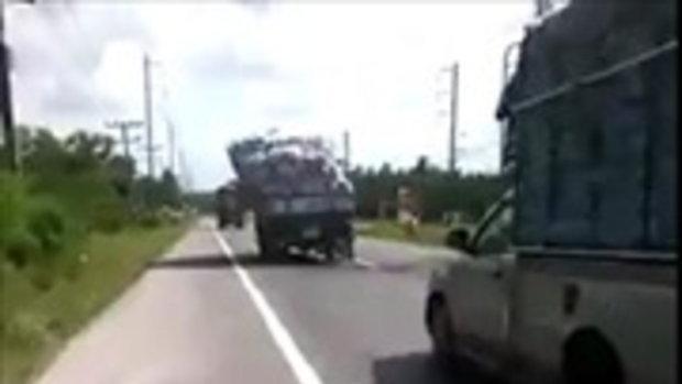 คลิปหวาดเสียว! รถบรรทุกของเกินขนาดจนเอียง หวั่นล้มกลางถนน
