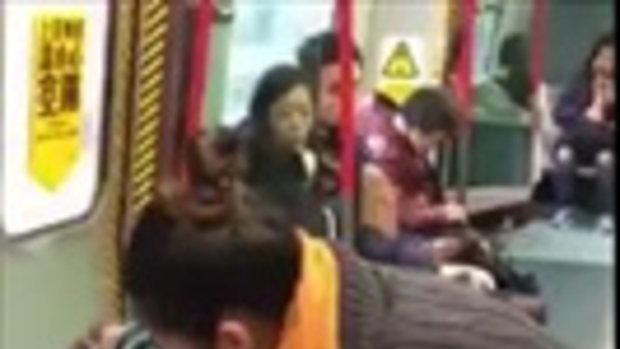 2 สาวจีนยัดล็อบสเตอร์ตัวเป็นๆ เข้ากระเป๋า บนรถไฟฟ้าฮ่องกง