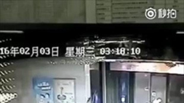 คลิปหนุ่มกระโดดถีบลิฟท์ ประตูล็อคหลุด ร่วงลงชั้นล่าง