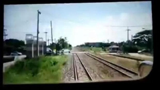 คลิปชัดๆ รถไฟยุคนี้ ต้องจอดให้เก๋งผ่านไปก่อน
