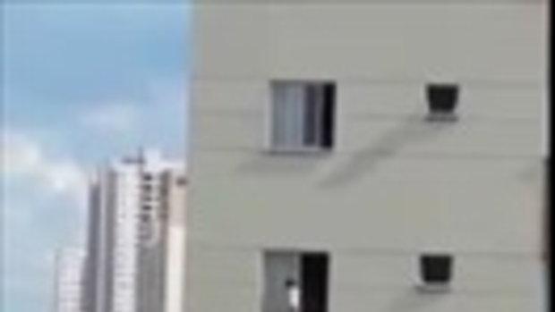 ช็อก เด็ก 1 ขวบถูกปล่อยให้ปีนหน้าต่างตึกชั้น 4 เกือบนาทีกว่าจะมีคนเห็น