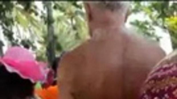 ถ่ายคลิปแฉ! ฝรั่งทำเนียน เดินไล่จับก้นสาวจีนริมหาดพัทยา