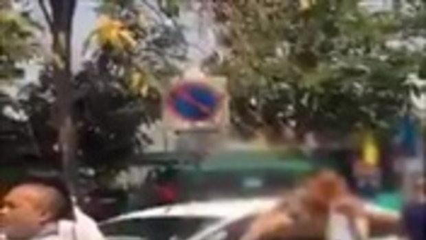 แชร์สนั่น หญิงเปลือยกายลงจากรถ หลังเกิดอุบัติเหตุ !!!