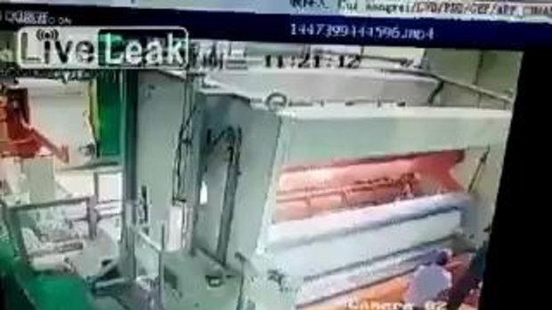 สุดช็อก!! เครื่องพิมพ์กระดาษ ดูดร่างคนเข้าไปต่อหน้าต่อตา
