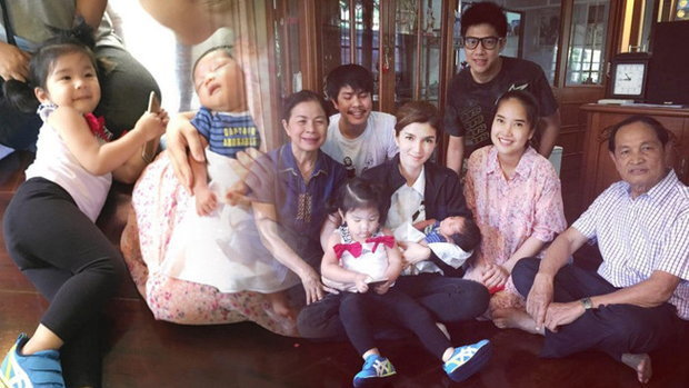 ภาพครอบครัวสหวงษ์ รับขวัญหลานชาย น้องมะลิ เจอน้องแล้ว