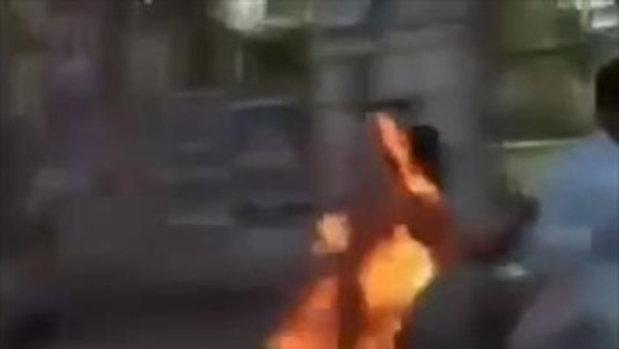 คลิปช็อก แบตมือถือระเบิดทำหนุ่มไฟลุกท่วมตัว วิ่งครวญคราง