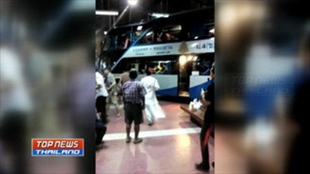 นาทีระทึก!! รถทัวร์สองชั้นพุ่งชนชานชาลาสถานีขนส่งผู้โดยสาร บาดเจ็บ 5 คน