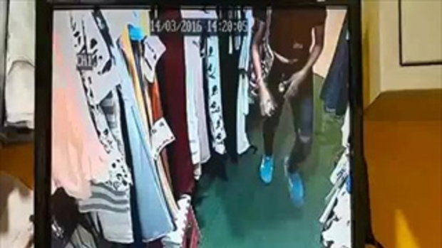 คลิปแฉ นาทีสาวหน้าตาดีทำทีเลือกเสื้อผ้า ก่อนฉกเงินในร้านไป