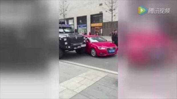 หนุ่มจีนช่างกล้า ขับเก๋งออดี้เฉี่ยวปะทะรถหน่วย SWAT