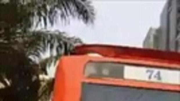 กระเป๋ารถเมล์สาย 74 พุ่งเข้าใส่ จยย. หลังบีบแตรเพราะโดนเบียด