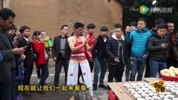 ร่างทรงจีนทำพิธีไหว้เจ้า กัดถ้วยอาหารแตกคาปาก